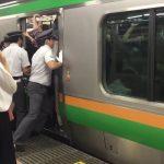 ありえない満員電車の押し込み風景を撮影した動画
