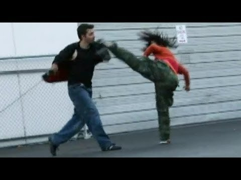 男性対女性の驚きの喧嘩。女性は強い!